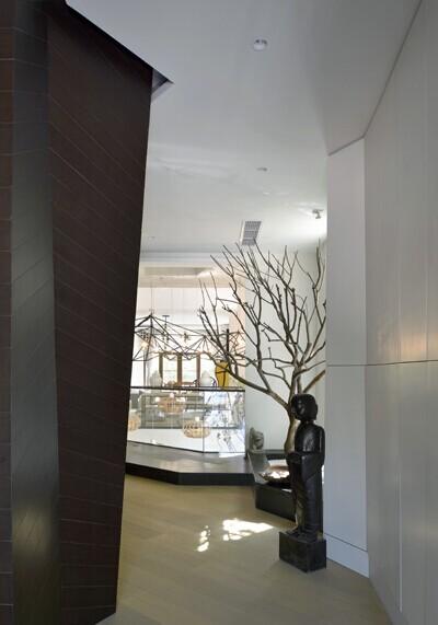 走廊曲曲折折,前方风景掩映,更显神秘,走廊尽头风景尽现.