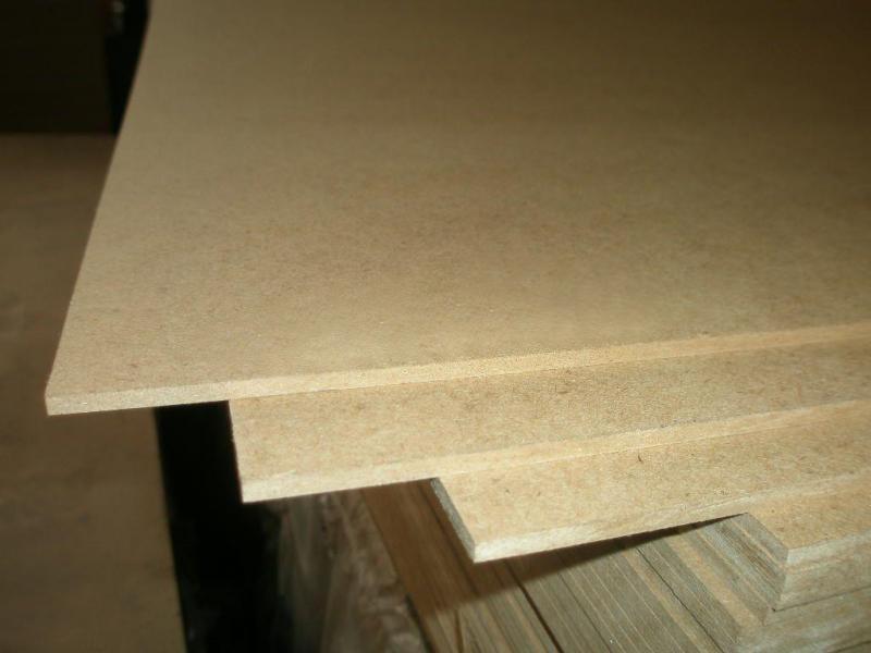 在建筑、家具制造、船舶、飞机等方面均可代替一般板材使用。例如墙板、地板、水泥模板、天花板、空心门板、家具用板等。 1、家具制造: 目前MDF主要是替代天然木材进行家俱生产。可生产各种板式组合家具或拆装家具;具有异型边的桌面或面板;家具骨架;加工各种装饰线条或零件;贴面后进行表面装饰。 2、建筑材料: 基于MDF开发的强化复合木地板是MDF另一个主要用途。还可制作门、壁板及隔板、房间隔断、建筑部件如踢角线、楼梯扶手。 3、车船制造: 可用于造船、车辆内壁板、顶板、隔板等代替天然板材使用,具有成本低廉,加工简